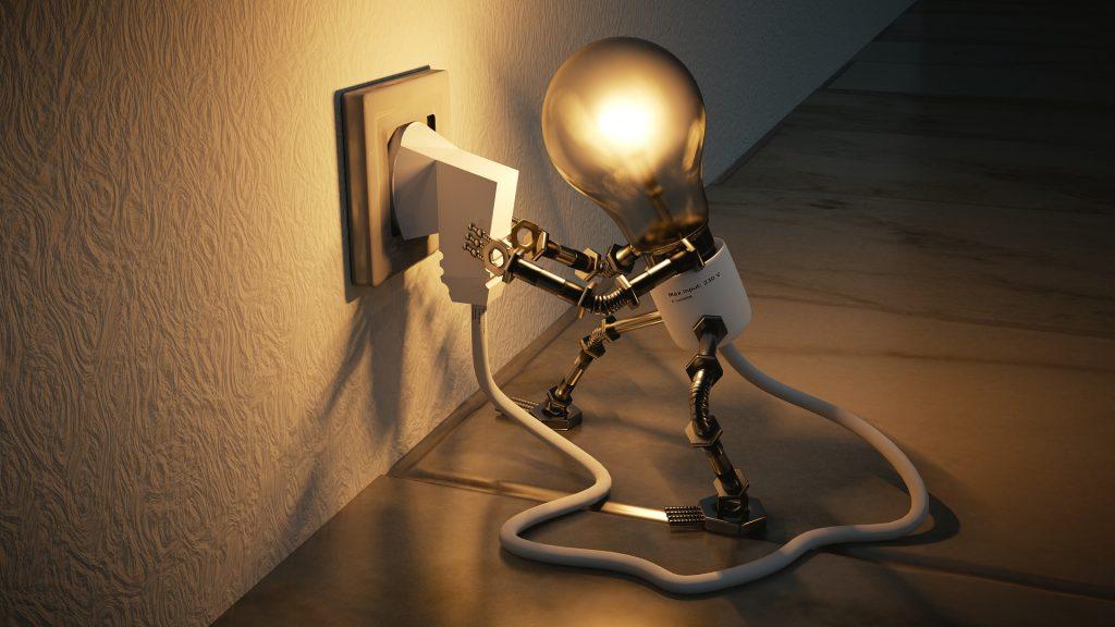 Humoristische Darstellung einer Glühbirne, die ihren eigenen Stecker in eine Steckdose steckt